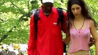 plan cul interracial en forêt