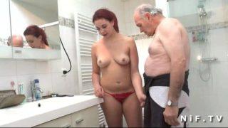 jeune salope de 19 ans et son tonton de 78 ans